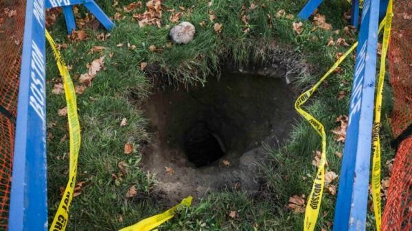 Мужчина гулял по парку и нашёл проход в подземелье. До дна можно было достать только несколько веков назад