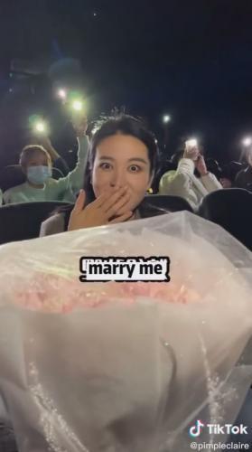 Парень сделал девушке хитрое предложение выйти замуж в кино, но люди не рады.