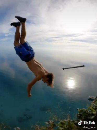 Парень решил прыгнуть со скалы и записать свой подвиг.