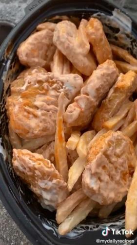 Парень сделал салат из картошки фри и нагетсов. Но увидев блюдо, люди поняли: такая еда не для всех