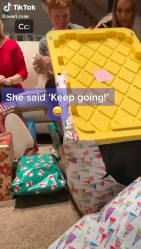 Девушка открывала подарок сто лет (не зря), в последней была коробка с айфоном. Но увидев в ней камень,