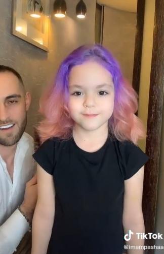 Папа покрасил маленькой дочке волосы в яркие цвета, но кажется, зря.