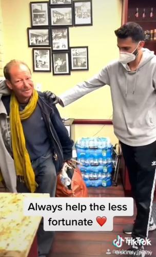 Парикмахер показал, как преобразил бездомного, но люди не довольны. Они считают, что он унизил бродягу
