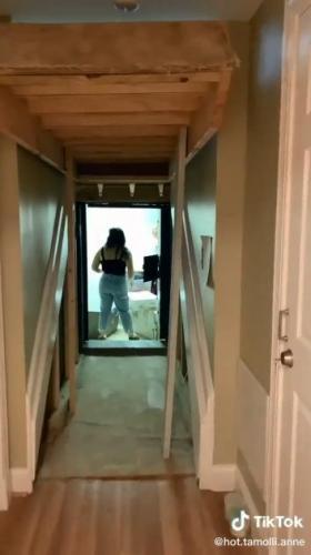 Девушка показала особенности своего жилища, и кажется зд