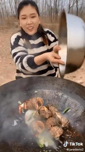 Блогерша приготовила блюдо из морепродуктов и нарвалась на хейт. Кажется, зря она кинула в котёл живых существ