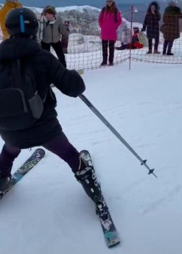 Девушка решила отпраздновать свой ДР, катаясь на лыжах с гор. У неё юбилей — 80 лет