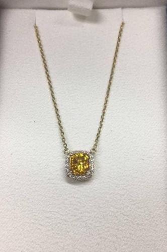 Девушка показала свой кулон с алмазом и заставила людей плакать. Но не от зависти - они узнали тайну камня