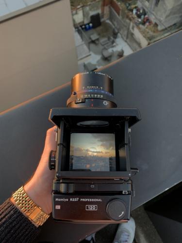 Парень показал фото с плёночной камеры, но людей интересует совсем не пейзаж. На снимке они увидели летающего
