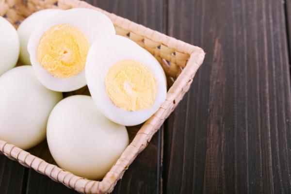 Парень почистил сырое яйцо и нашёл внутри сюрприз. Киндер отдыхает, когда в дело вступают суровые куры