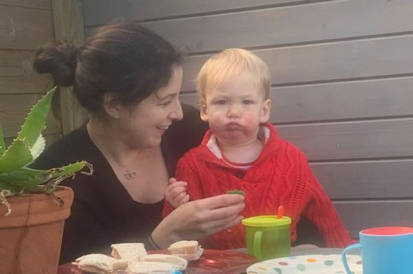 Мама довела сына до слёз, подарив на день рождения торт. Подарок показал возраст, который не может наступить