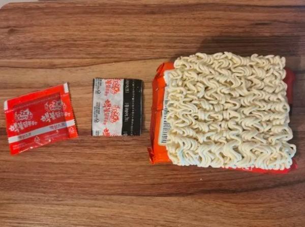 Парень заварил индонезийский дошик, но его ждал неприятный сюрприз. Еда убила в нём не только чувство голода