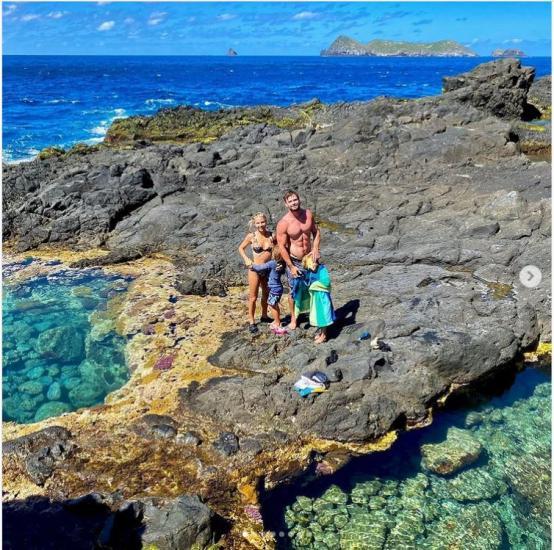Крис Хемсворт поделился фотографиями из семейного отпуска.
