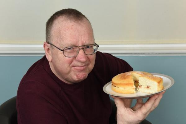 Мужчина создаёт алкоголь без самогонного аппарата и даже рук. Для чуда в духе Иисуса ему нужно съесть торт