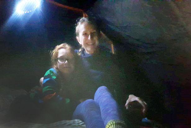 Мальчик ночует в палатке на улице и доволен этим. Так он смог заработать и (почти) начать путь Робин Гуда