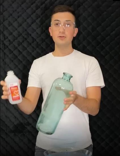 Парень показал простой способ наполнить бутылку водой. Выглядит как магия, но пить эту воду не стоит