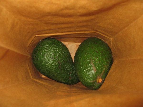 Хозяйка показала, как сделать из зелёного авокадо спелый. Для этого ей нужно 10 минут не выходить из кухни