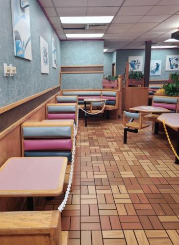 """Женщина открыла дверь """"Макдоналдса"""" и перенеслась в прошлое. Нашлось то самое место, где 90-ые всё ещё живы"""