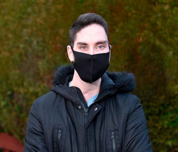 Парень обожает ходить в маске, и его можно понять. Его лицо - лучший способ лишить людей умения говорить