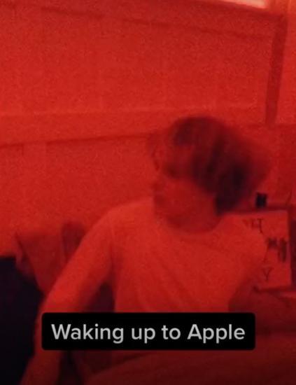 Парень показал разницу между будильниками на телефонах