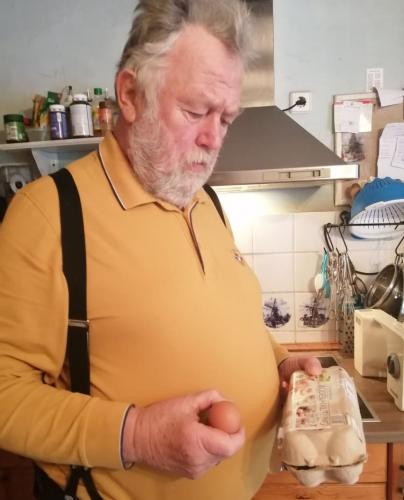 Пенсионер сварил яйцо на завтрак, но мир треснул вместо со скорлупой. Из-под неё смотрел яичный Мини-Мы