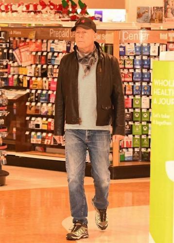 Брюса Уиллиса выставили из аптеки, а на улице его ждали хейт с мемами. Ещё бы, ведь всё дело в маске