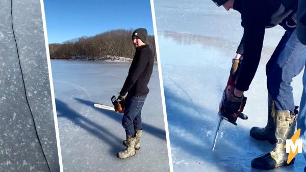 Круглая льдина посреди озера стала каруселью для компании ребят. Любители адреналина могут только завидовать