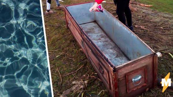 Отдыхающие обнаружили на берегу реки старый гроб. Удивление ждало впереди - пришёл хозяин и уплыл в нём домой