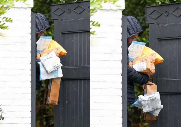 Бен Аффлек пришёл домой с посылками, а там его ждали мемы. Ведь актёр на фото - настроение по жизни