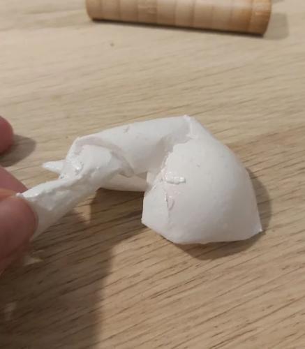 Девушка проверила, защитит ли зубная паста яйцо от уксуса. Но к опыту из рекламы 90-х у зрителей есть вопросы