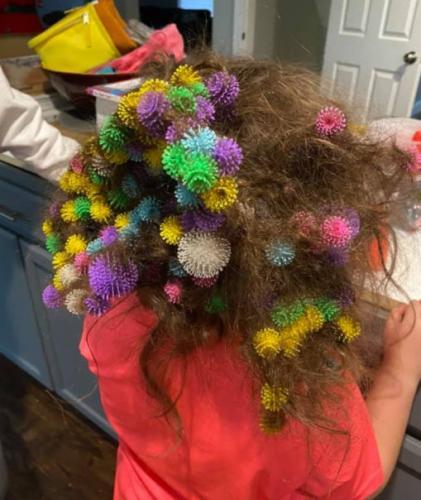 Мама купила конструктор дочке, но играть после неё пришлось в парикмахера. Игрушка лишила ребёнка волос