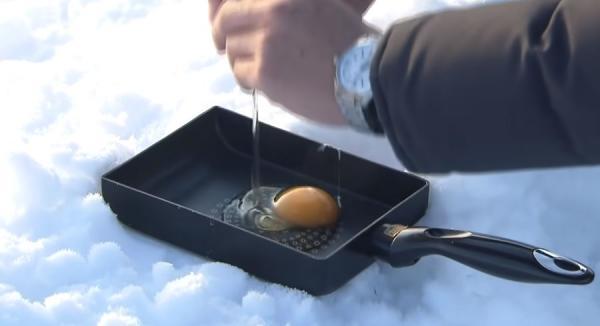Как пожарить яйцо без огня? Японцы показали лайфхак, как сделать яичницу на снегу - сибирякам он понравится