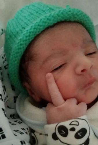 Пара взглянула на малыша на УЗИ и увидела его грубый характер - в жесте. После родов он показал его маме лично