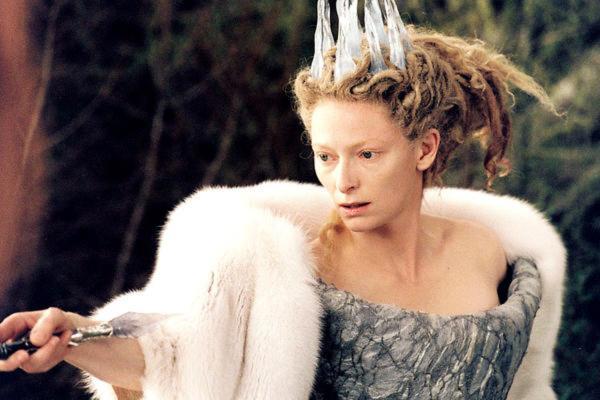 Сын красил маме волосы, но провалил задание. Теперь женщина - Белая Колдунья из Нарнии, а парню пора бежать