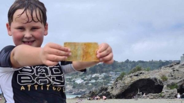 Парень купался в море, а нашел древнюю купюру. Не только отдохнул, но и заработал