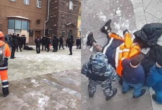 В Москве мужчина совершил попытку самосожжения, и кадры попали на видео. Люди связывают инцидент с протестами