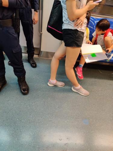 Парень показал фото ног девушки и доказал - она не человек. Повторить такое могут лишь кузнечики и феи Винкс