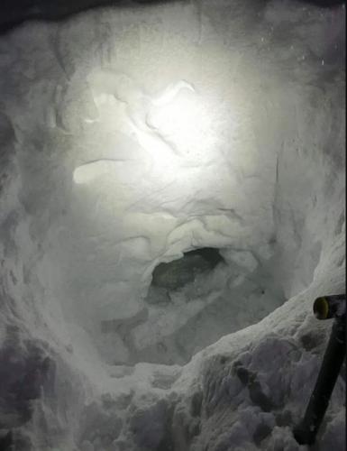 Парень заблудился во время снежной бури и выжил, благодаря стойкости и лопате. Фото, от которых холодно