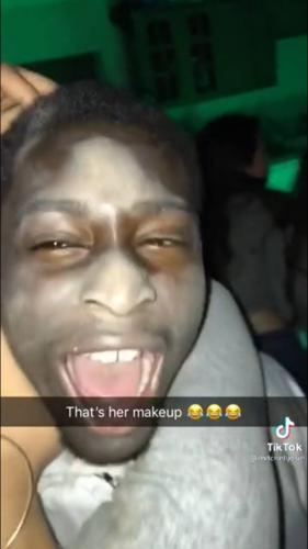 Девушка обняла друга и случайно поменяла его цвет кожи. И заодно показала, что