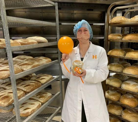 Пекари отмечают юбилей своего чада. Ему 65 лет, и они ласково называют его «Монстр»