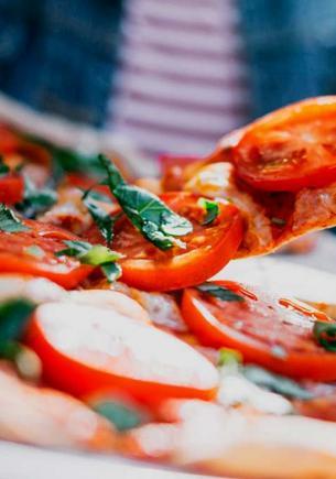 Парень показал, как выглядит пицца мечты, но лишил людей аппетита. Увидев еду, они поняли: это фиаско