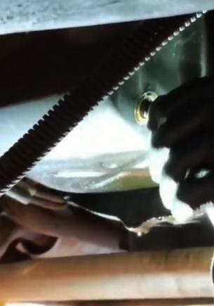 Водитель месяц перегревал машину, и людей тошнит. Увидеть, как из авто течёт арахисовая паста, они не ожидали