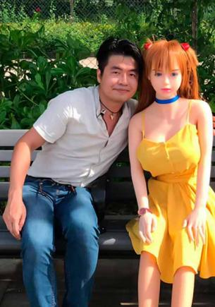 Мужчина обрёл гармонию со своей девушкой. Подруга ничего не требует и не устраивает истерик, ведь она — кукла