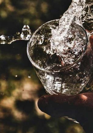 Парень уже 20 лет не пьёт воду из-за детской травмы. Жидкость его пугает, но хуже только то, как он выглядит