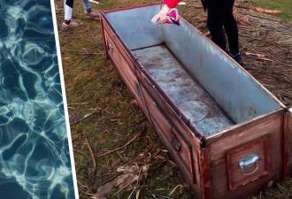 Отдыхающие обнаружили на берегу реки старый гроб. Удивление ждало впереди — пришёл хозяин и уплыл в нём домой