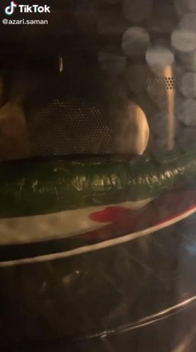 Парень показал, что будет, если засунуть огурец в микроволновку и лишил аппетита людей. Ведь овощ