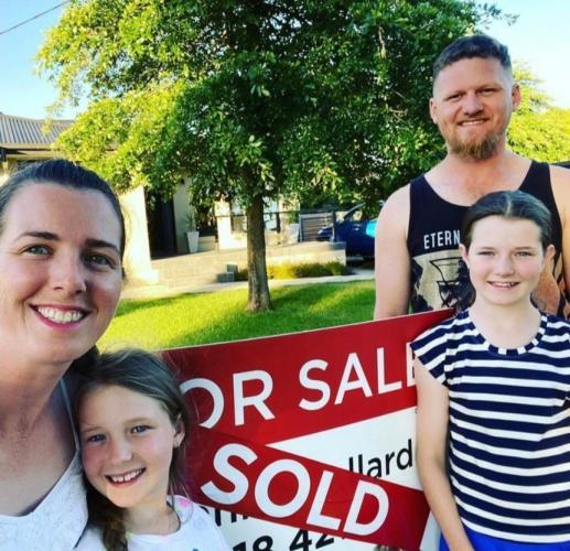 Родители мечтали о новом жилье и не замечали, что пишет их дочка. А зря, её открытка подарила им новый дом