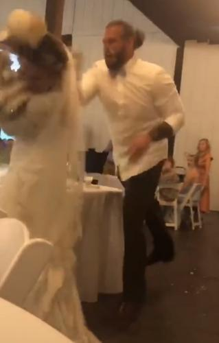 Невеста пошутила над женихом на свадьбе, но ответ - повод для развода. То, что он сделал с тортом, разбивает