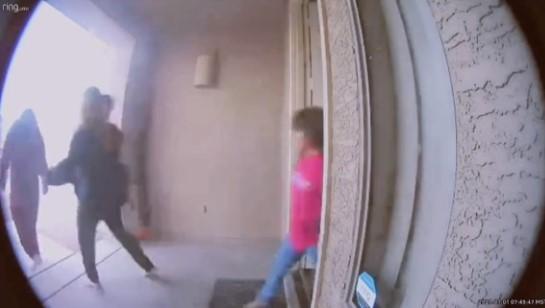 Соседка разбудила всю семью громким стуком в дверь и криками, но они рады. Ведь так она спасла их жизни