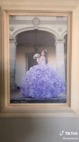 Парень сравнил свою фотографию на стене со снимком сестры. В вопросах родительской любви размер имеет значение