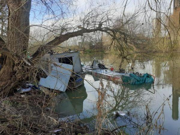 Гуляющие обнаружили на берегу реки старый гроб. Удивление ждало впереди - появился хозяин и уплыл в нём домой